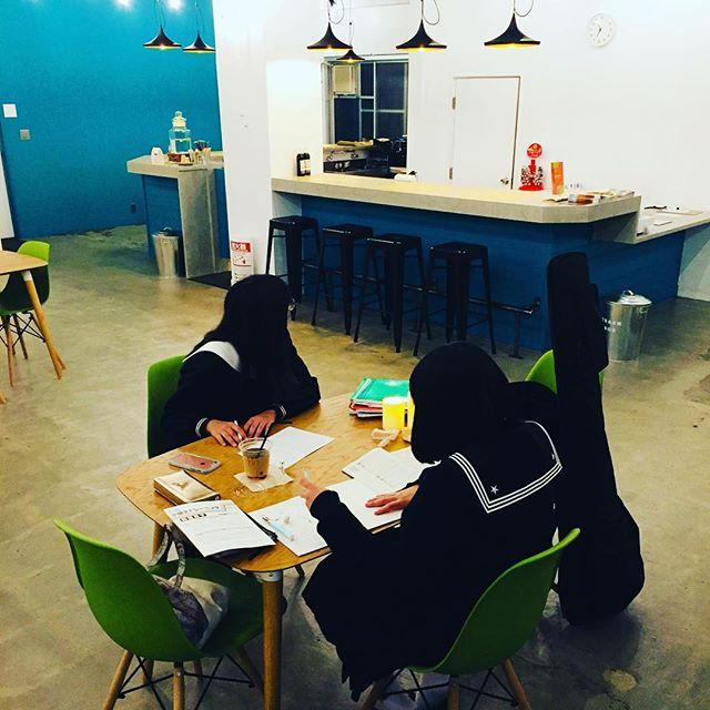 学校帰りに友達と課題を片付けるマチノテは勉強スペースとしてもご利用下さい^_^Machinote is your third place #マチノテ #cafe #足利 #Ashikaga #studyplace #relax #readingbooks #wifiあります #conversation#学割 #studentprice