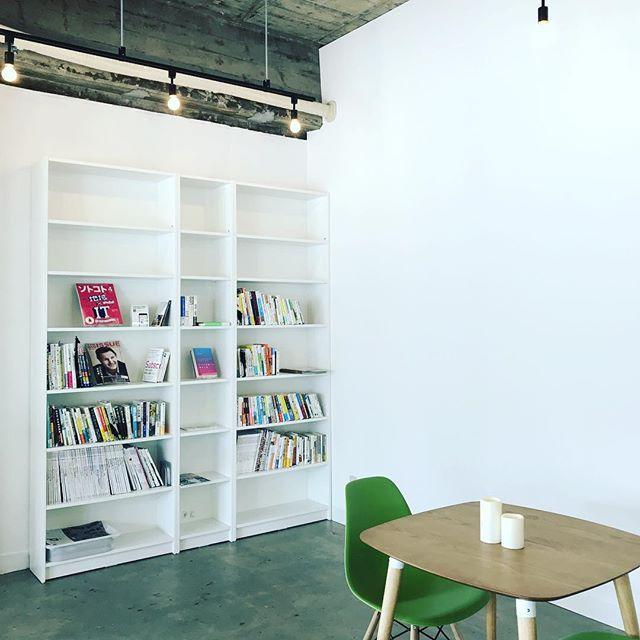 マチノテは本棚のあるカフェです。足利ではあまり見かけない本を中心に置いてあります。 #ashikaga #カフェ #コミュニティカフェ #マチノテ #足利 #足利市 #bookcafe #リブライズ #そのうち貸出はじめます