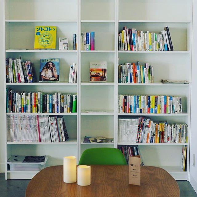 カフェの本棚にはビックイシュー。定期購読をしています。 #ashikaga #カフェ #マチノテ #足利 #19時まで営業
