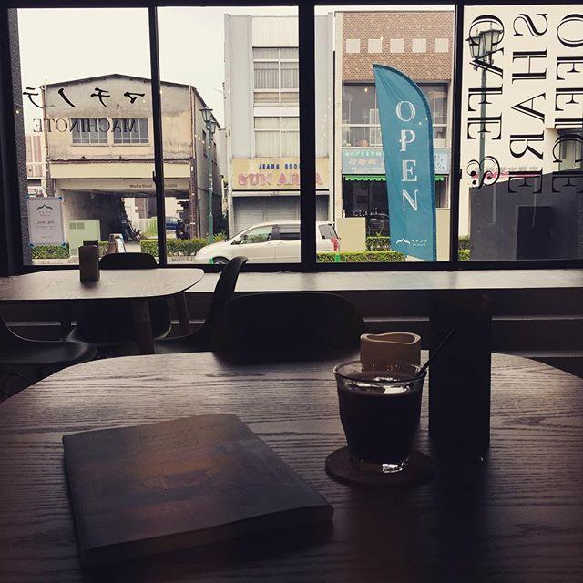 スタッフの松村です。すっきりしないお天気。こんな日はゆっくり読書がしたくなります。先日行ってきた東京蚤の市でもお見かけした、日光珈琲さんの豆を使ったアイスコーヒーをおともに。本日は19時まで営業しております。#マチノテ  #足利市  #カフェ #wifi  #読書