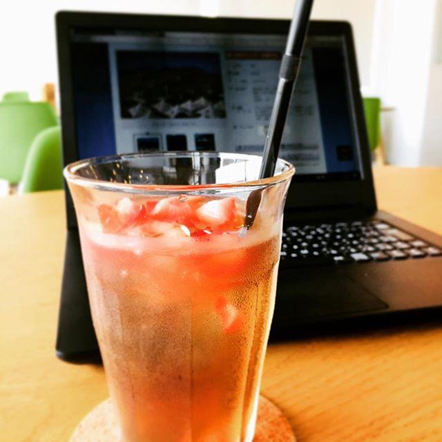 こんにちは マチノテスタッフ八周ですシロップ無しでも ほんのりとした甘みと、甘酸っぱいイチゴが魅力のベリーベリーティー。梅雨の晴れ間にいかがでしょうか。本日の営業時間11:00~17:00(LO16:30) #マチノテ #wifi #ashikaga #cafe #relaxing_time