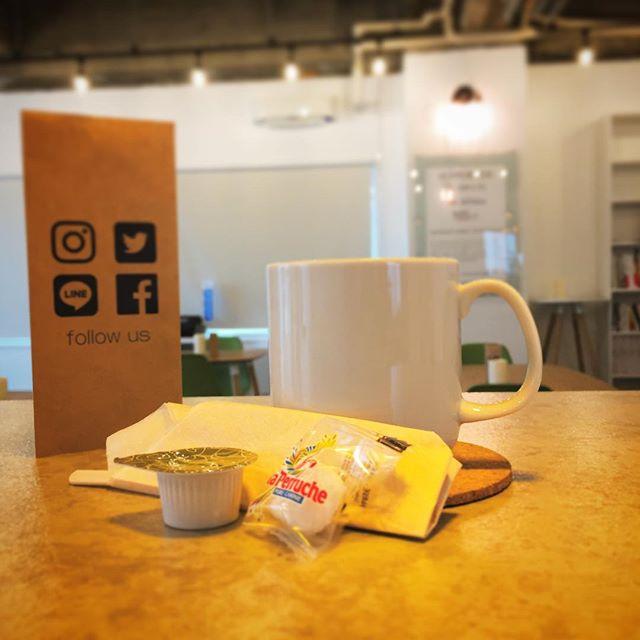 こんにちは、肌寒いですね。雨に降られてしまって、少し困っているマチノテスタッフの遠藤です♪本日はマチノテのホットコーヒーを、ご紹介致します。皆さんはマチノテ の珈琲はもうお飲みになりましたか?マチノテのコーヒーは、日光珈琲さんの豆を使用しています。ブラックで飲むと最初はふわっとコーヒーの香りがして、途中に少し苦味を感じますが後味スッキリで、鼻からコーヒーのいい香りが抜けます。お砂糖を、足すと苦味だけが消え最後に甘さがふわっときます。コーヒーの苦手な甘党の方にも1度試していただきたいものです。ホッとしたい時に、シャキッと仕事をする時など、何故だか気持ちにあった味になる、不思議なコーヒーですよ♪今月は、営業時間は、13時から19時、定休日は、毎週水曜日です。お待ちしております♪#マチノテ #カフェ #足利市 #ホットコーヒー #コーヒー #珈琲 #コーヒー好き #学割 #ポイント #wifi #レンタル 会議室・部屋あります。詳しくは、マチノテ までお問い合わせください。